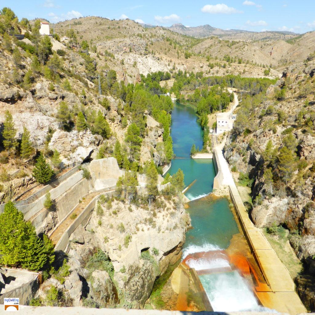 Vista del estrecho aguas abajo de la presa de La Fuensanta